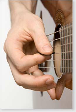 Foto einer Gitarre mit Gitarrensaiten.