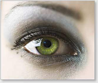 Geschminktes Auge einer Visagistin.